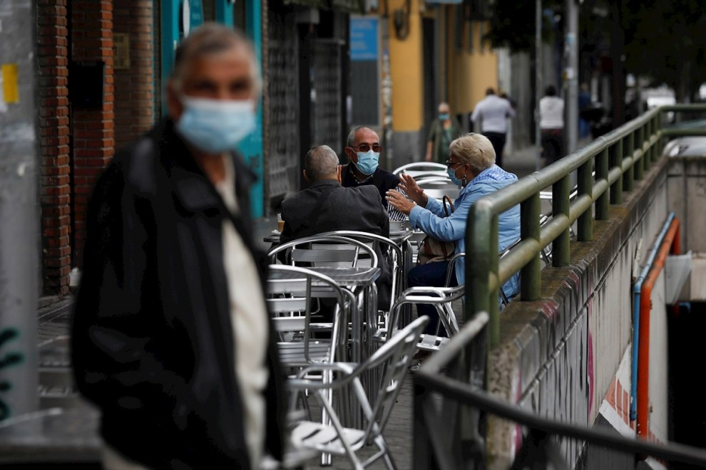 MADRID, 20/09/2020.- Vecinos de Carabanchel sentados en la terraza de un bar de su barrio este domingo. Desde esta noche a las 0 horas entran en vigor las medidas restrictivas de movimientos en barrios del sur de Madrid como Vallecas, Carabanchel o Usera