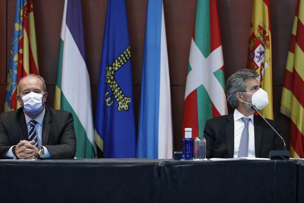 El ministro de Justicia, Juan Carlos Campo (i), y el presidente del Tribunal Supremo y del Consejo General del Poder Judicial (CGPJ), Carlos Lesmes, durante el acto de entrega de despachos a la nueva promoción de jueces, en Barcelona. E.P./Pool
