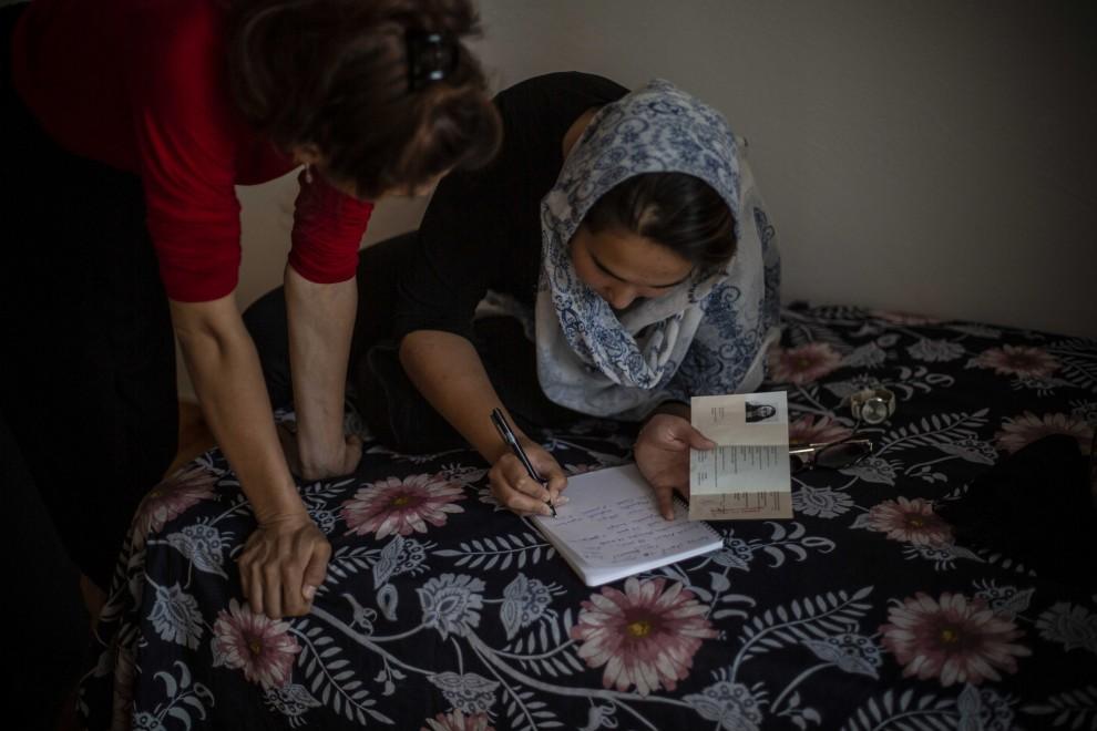 Dos de las chicas afganas revisan su documentación de asilo.- JAIRO VARGAS