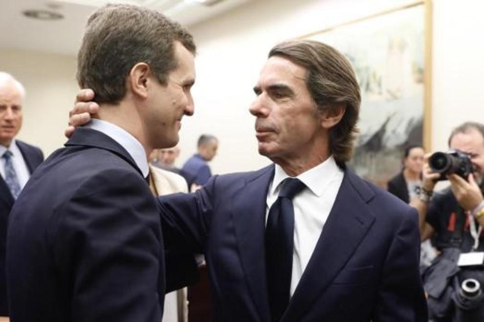 El presidente del PP, Pablo Casado (i), y el expresidente del Gobierno, José María Aznar, en el Congreso. Fuente: Europa Press