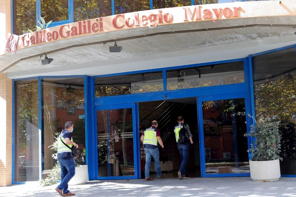 06/10/2020.-.Miembros de la Policía Autonómica se han presentado hoy en el Colegio Mayor Galileo Galilei, en Valencia, donde la celebración en sus instalaciones de una fiesta originó un brote de covid-19 y provocando la suspensión de las clases presencial