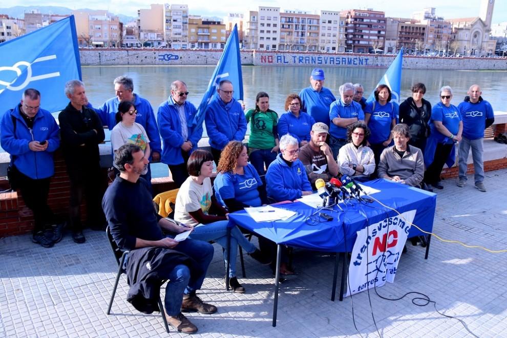 Rueda de prensa de la PDE frente al río Ebro con el característico azul del movimiento. ANC.