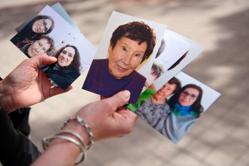 Una de las hijas de María Jesús sujeta varias fotos familiares.