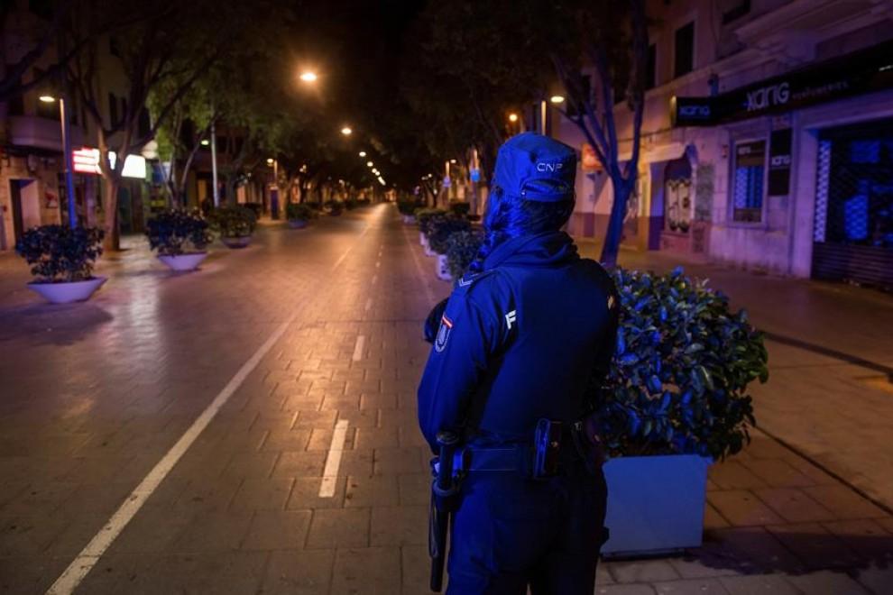 Una patrulla de la Policía Nacional en la céntrica calle Blanquerna de Palma, Mallorca, hoy domingo a las 23:00 h. El Gobierno de España ha decretado el estado de alarma desde las 11pm. a las 6 am. para todo el territorio nacional, con posibilidad de peq