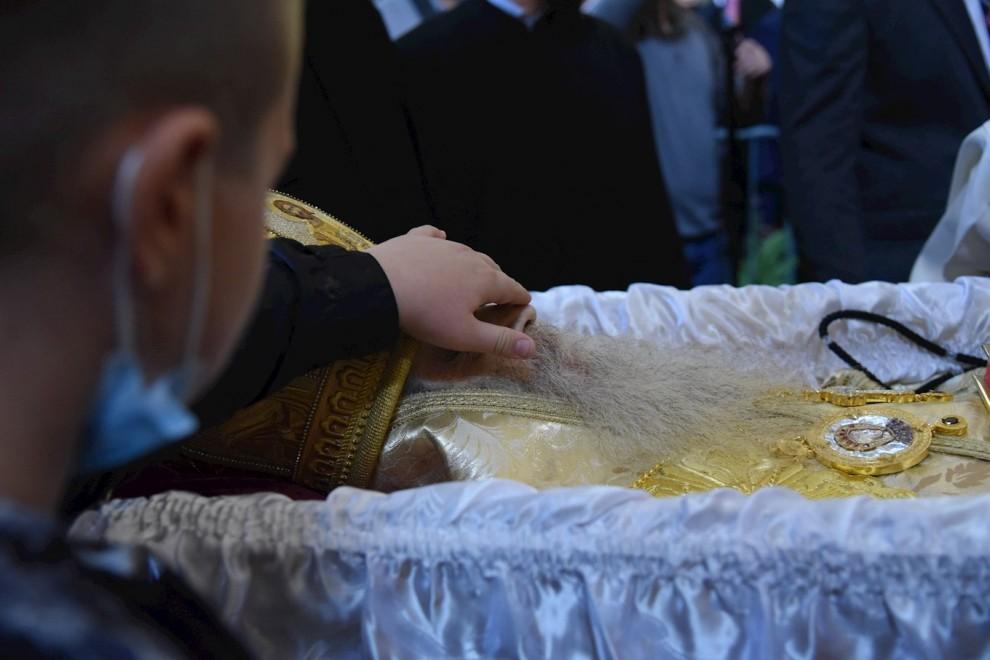 Un joven rinde homenaje durante el funeral del obispo metropolitano de la Iglesia Ortodoxa Serbia de Montenegro.