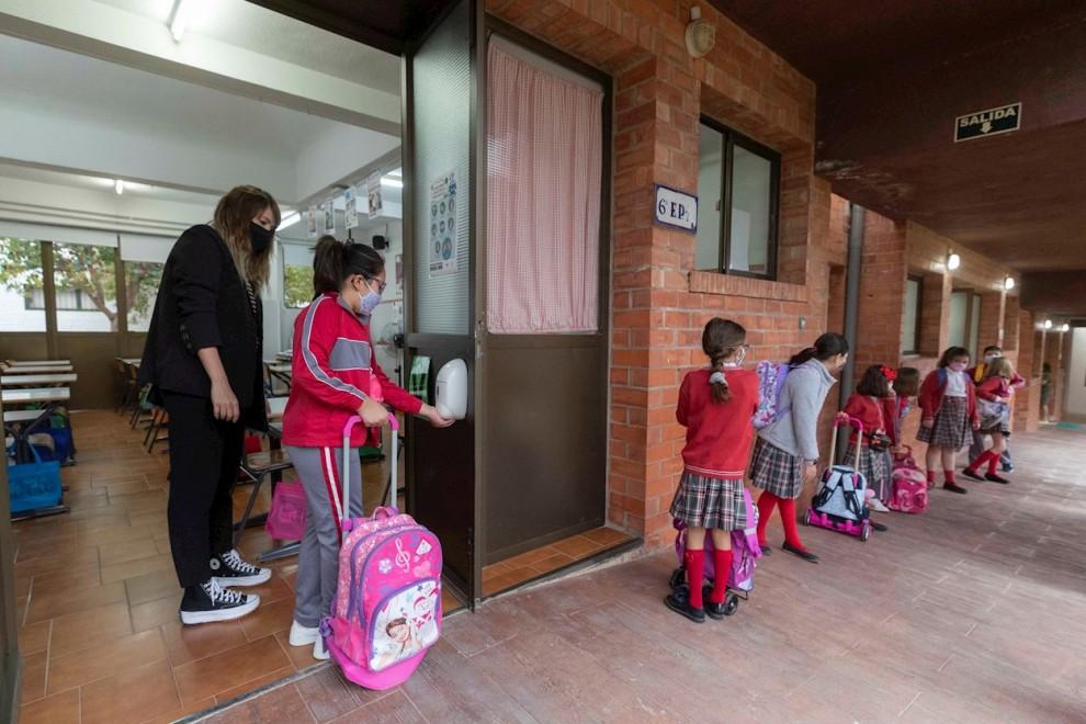 Una niña se lava las manos con gel hidroalcohólico antes de entrar en el aula del colegio Reina Sofía de Totana.