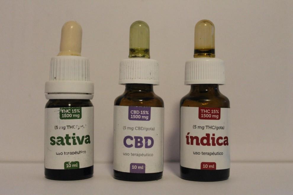 Botes con aceites de cannabis medicinal. - Cedida
