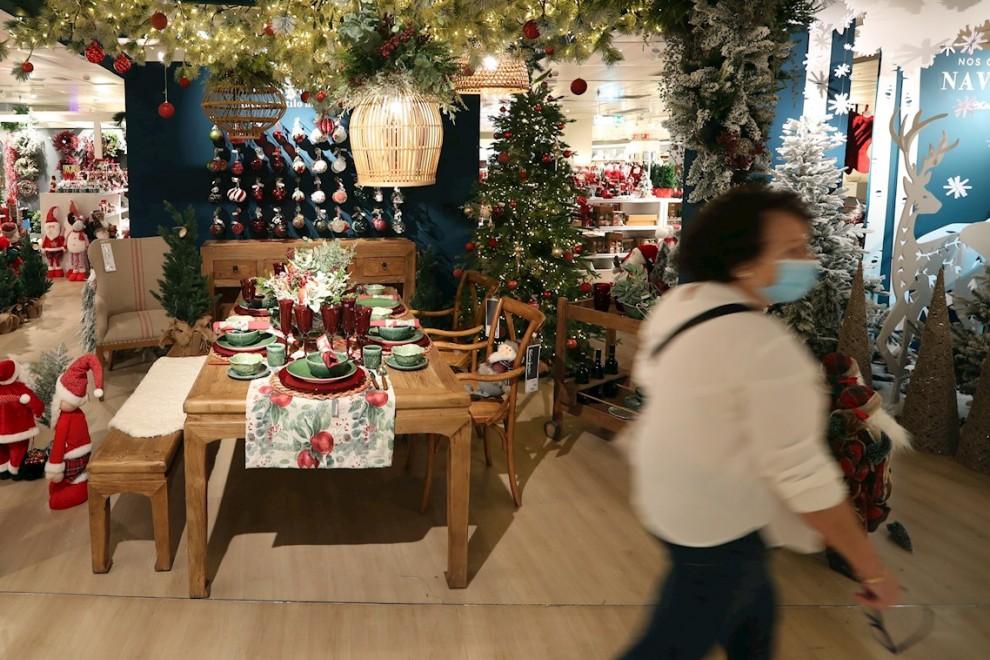 Una mesa de navidad montada para seis personas.