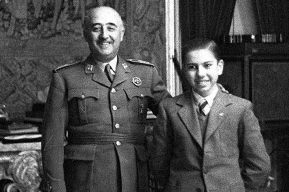 "Francisco Franco junto a Arturo ""Arturito"" Pomar, joven prodigio del ajedrez en España."