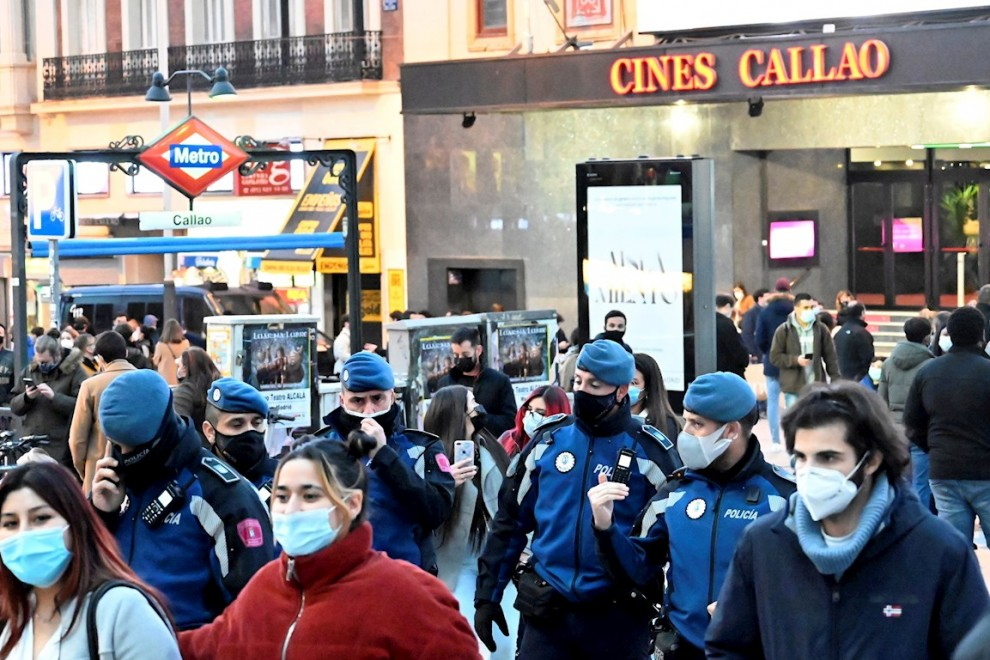 Varios policías municipales patrullan la plaza del Callao de Madrid, este domingo