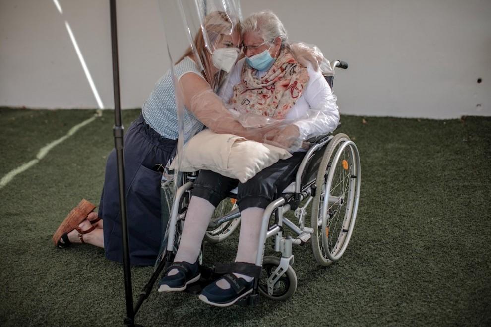 Una interna en una residencia en València abraza a su hija a través de un plástico habilitado para que los familiares se puedan dar su primer abrazo tras los meses de confinamiento.