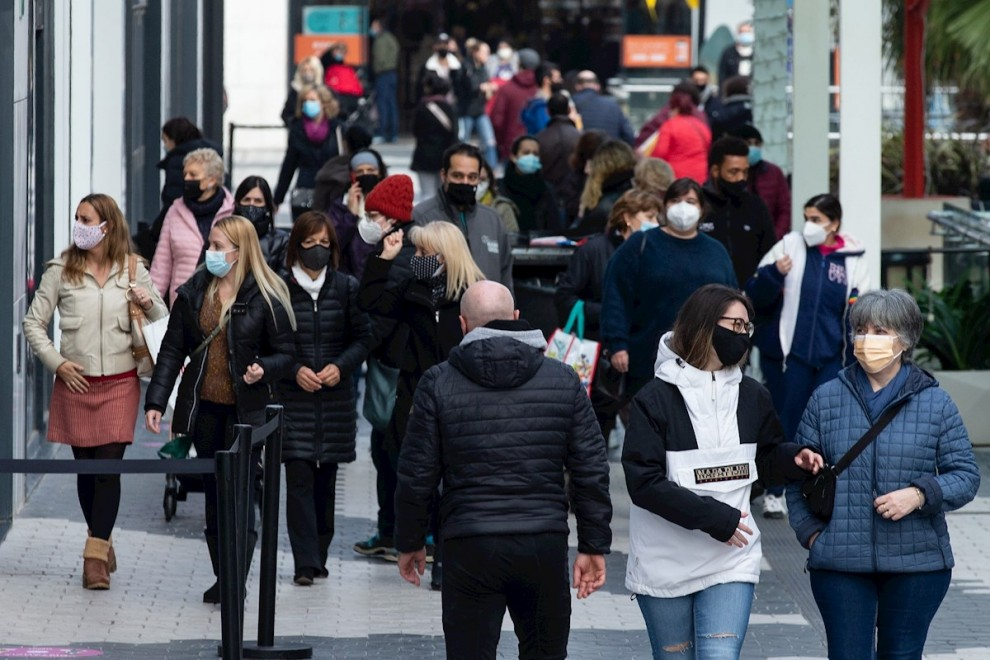 Varias personas pasean por el centro comercial Glories de Barcelona