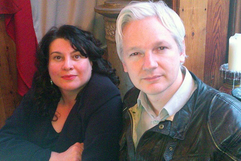 La periodista italiana Stefania Maurizi, con Julian Assange en una reunión de trabajo en 2012.
