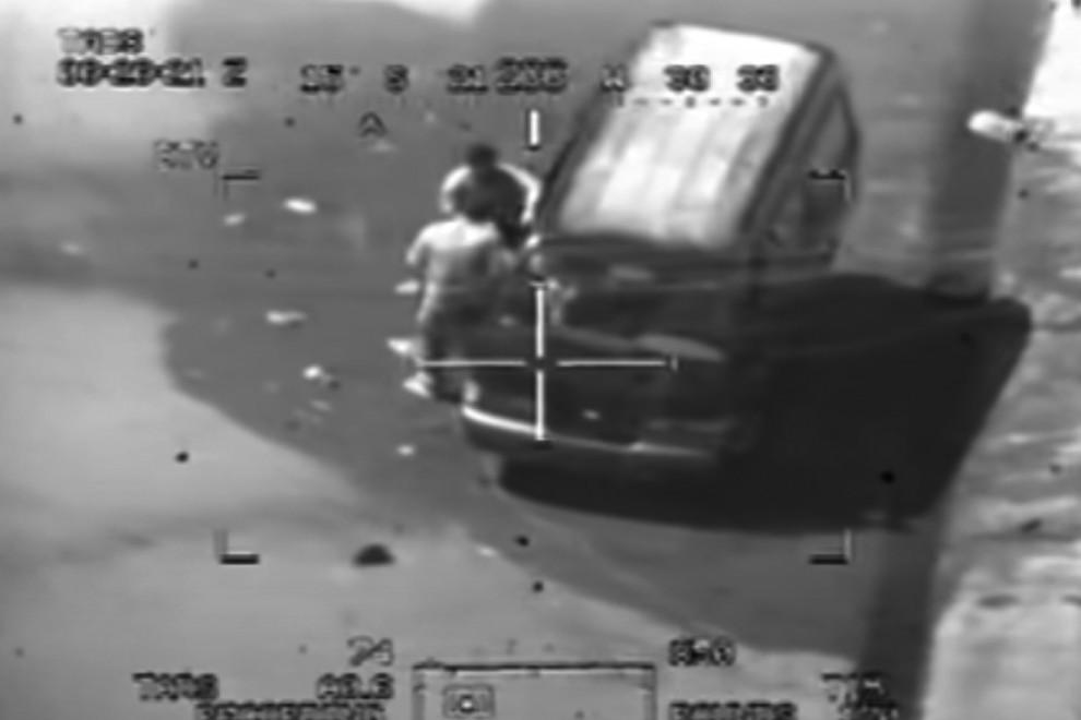 Captura del vídeo Collateral Murder un instante antes de que el helicóptero Apache de EEUU ametralle a los que tratan de subir a una furgoneta al fotógrafo de Reuters que había herido antes.