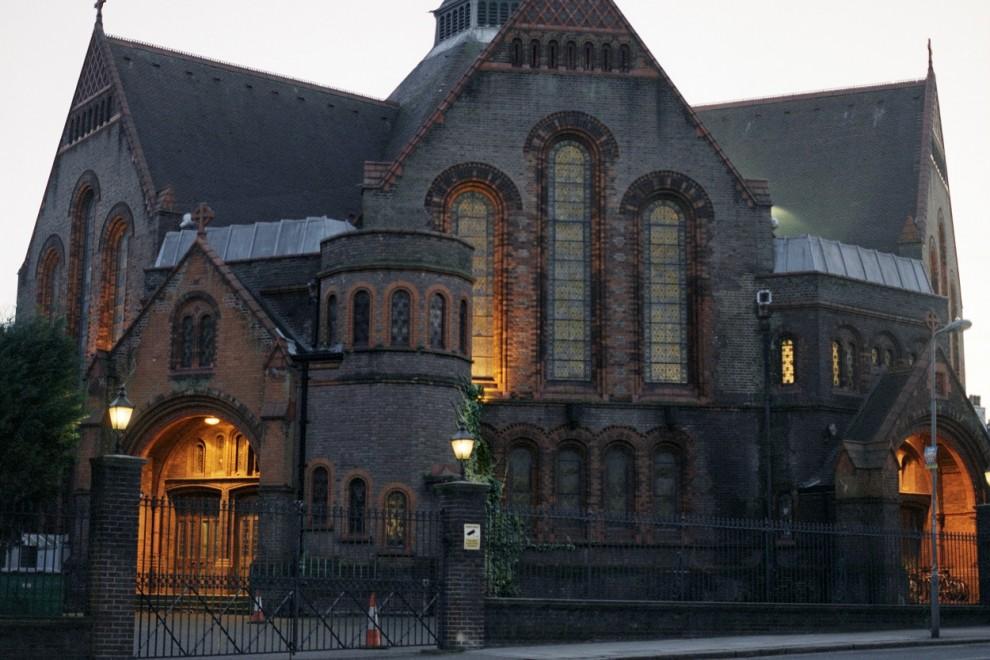 Iglesia en Hampstead (Londres) al atardecer, convertida en estudio de grabación musical donde Queen registró 'Bohemian Rhapsody'.