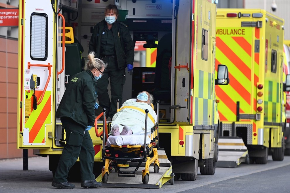 Trasladan a una paciente desde una ambulancia al interior del hospital Royal London, en Londres.