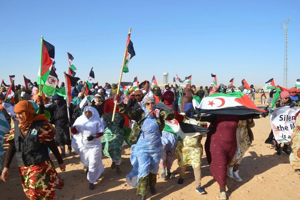 Miles de saharauis se manifiestan en el campo de refugiados de Rabuni para apoyar a la activista Sultana Khaya. - EFE