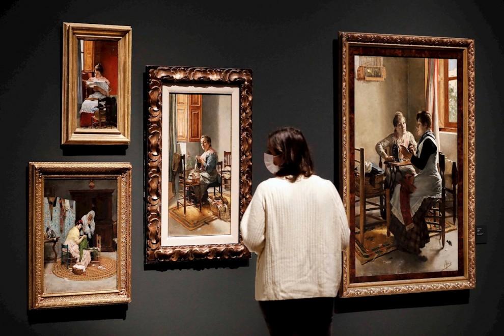 18/02/2021. Imagen recurso de una persona observando las obras de arte del pintor Joaquín Agrasot, en València. - EFE