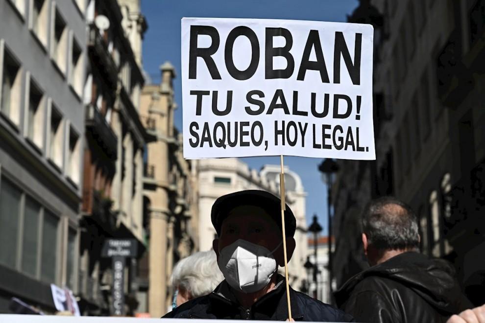 27/02/2021. Manifestación en defensa de la sanidad pública que transcurre este sábado desde la Consejería de Sanidad hasta el Ministerio de Sanidad, en Madrid. - EFE