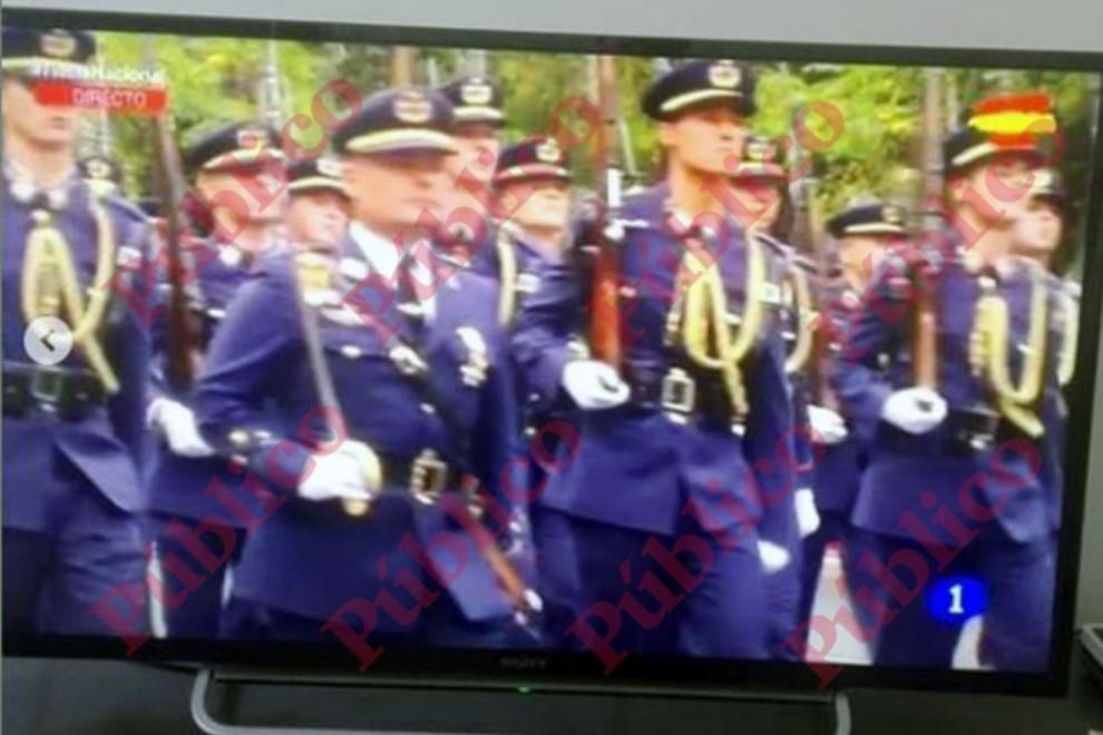 Captura de pantalla de las imágenes ofrecidas por TVE1 del desfile del 12 de octubre de 2017, con el capitán Meroño encabezando, con su sable al hombro, a los alumnos de la academia de oficiales del Aire.