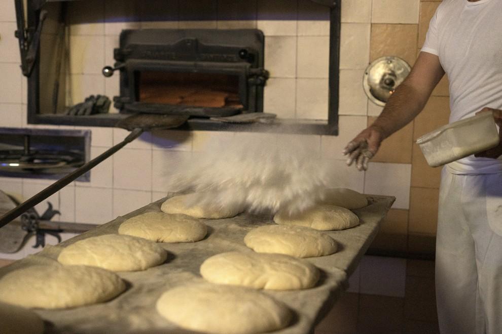 La harina vuela sobre los panes antes de entrar en el horno. - Gema Rodrigo