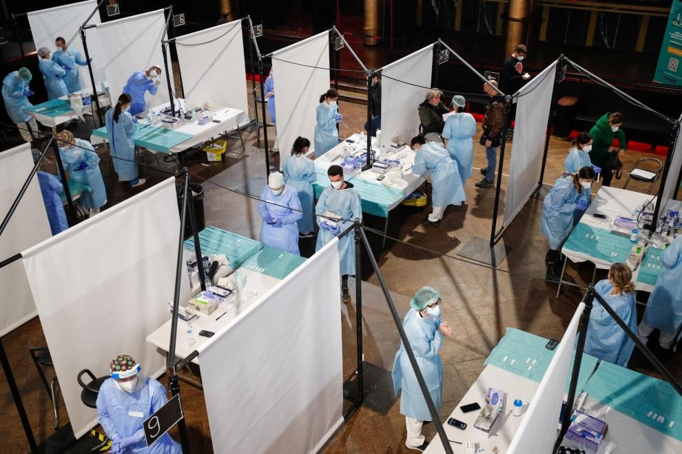 Los trabajadores sanitarios hacen pruebas para detectar la covid a los asistentes al concierto, cuyo aforo es de 5.000 personas. - Reuters