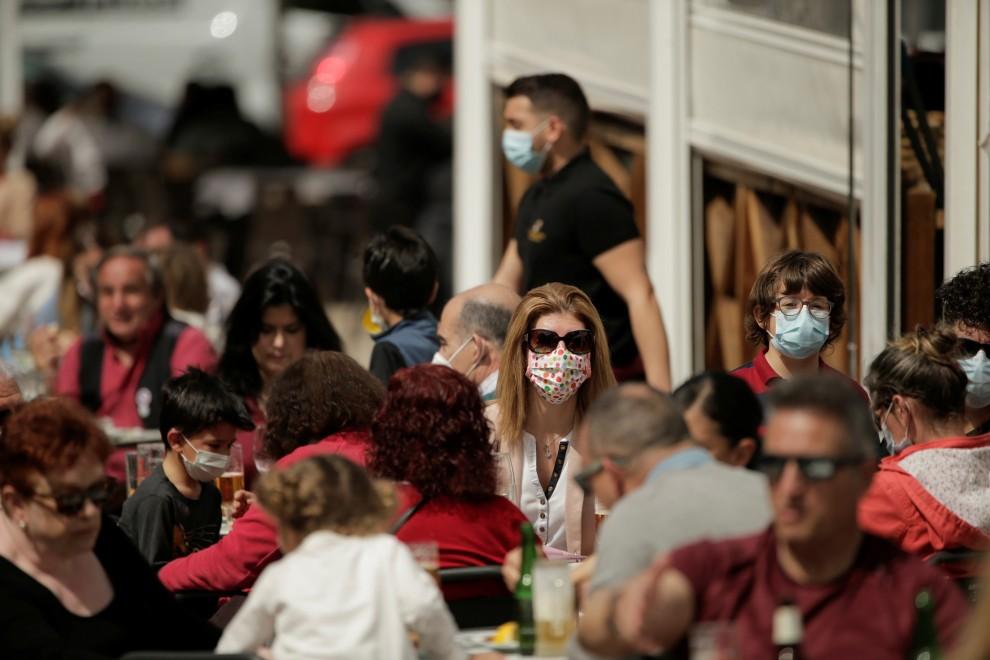 Personas en un bar este fin de semana. — Javier Barbancho / REUTERS