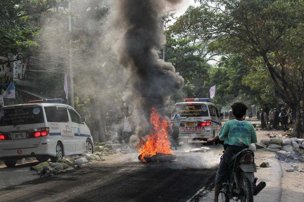 Una motocicleta en llamas en una de las protestas acontecidas esta semana en Mandalay, Myanmar. — REUTERS