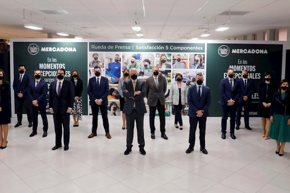 El presidente de Mercadona, Juan Roig, en el centro de la imagen rodeado por su equipo directivo, en la presentación de los resultados del grupo de supermercados en 2020. EFE/Ana Escobar