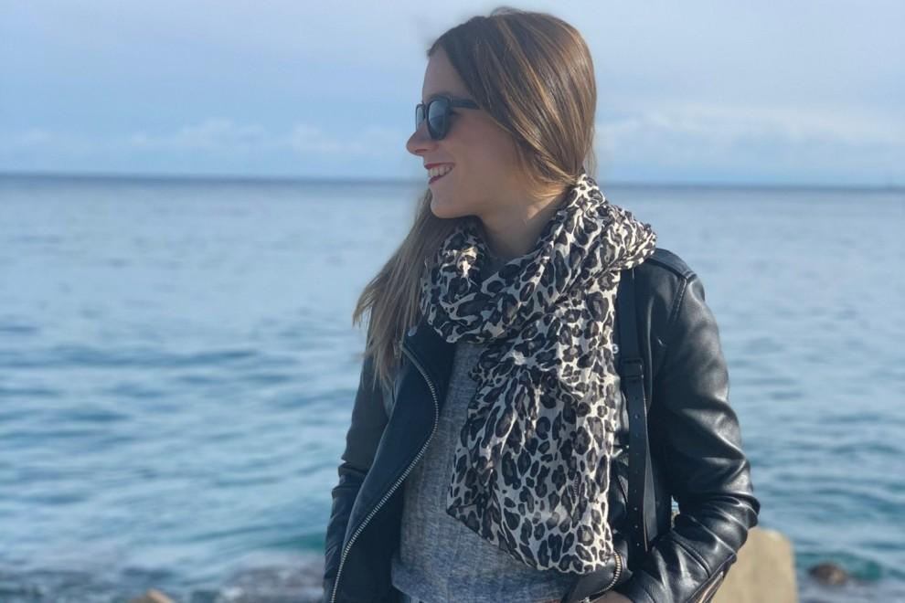 Cristina sonríe mientras observa el mar