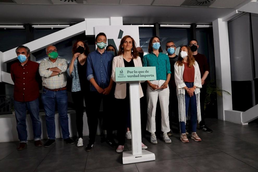 04/05/2021.- La candidata de Más Madrid en las elecciones a la Comunidad de Madrid, Mónica García (c), valora los resultados electorales en la sede del partido en la capital. EFE/Zipi