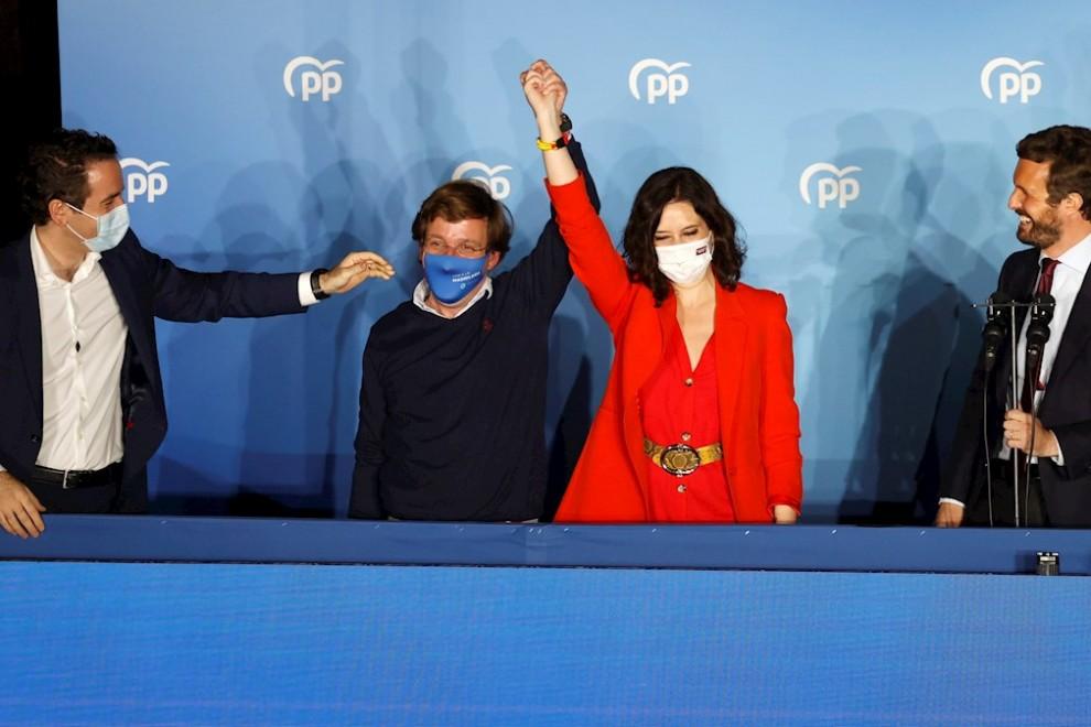 La presidenta de la Comunidad de Madrid y candidata por el Partido Popular a la reelección, Isabel Díaz Ayuso (2d), acompañada por el presidente del partido Pablo Casado (d), el alcalde de Madrid José Luis Martínez-Almeida (2i) y el secretario general del