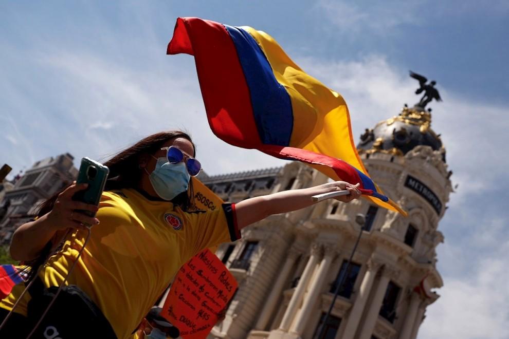 08/05/2021. Una mujer ondea una bandera de Colombia en la manifestación de este sábado, en Madrid. - EFE