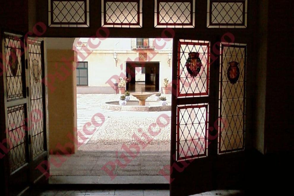 Entrada de la Sala Mora del Cuartel El Rey de la Guardia Real, en El Pardo, cuyas vidrieras lucen el escudo de armas de Franco.