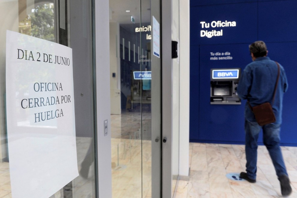 02/06/2021.--Un hombre se dispone a sacar dinero en un cajero automático en la oficina principal del BBVA, debido al cierre de esta por la huelga convocada este miércoles para protestar por los despidos que plantea esta entidad bancaria a nivel nacional.