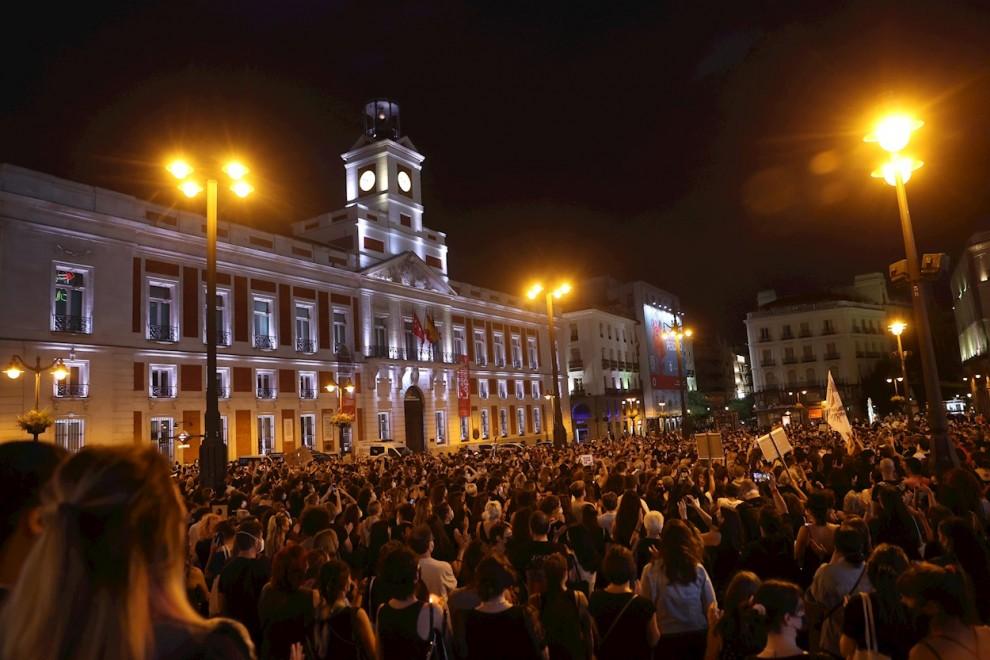 Decenas de personas se concentran este viernes en la madrileña Puerta del Sol para condenar los últimos casos de violencia machista.