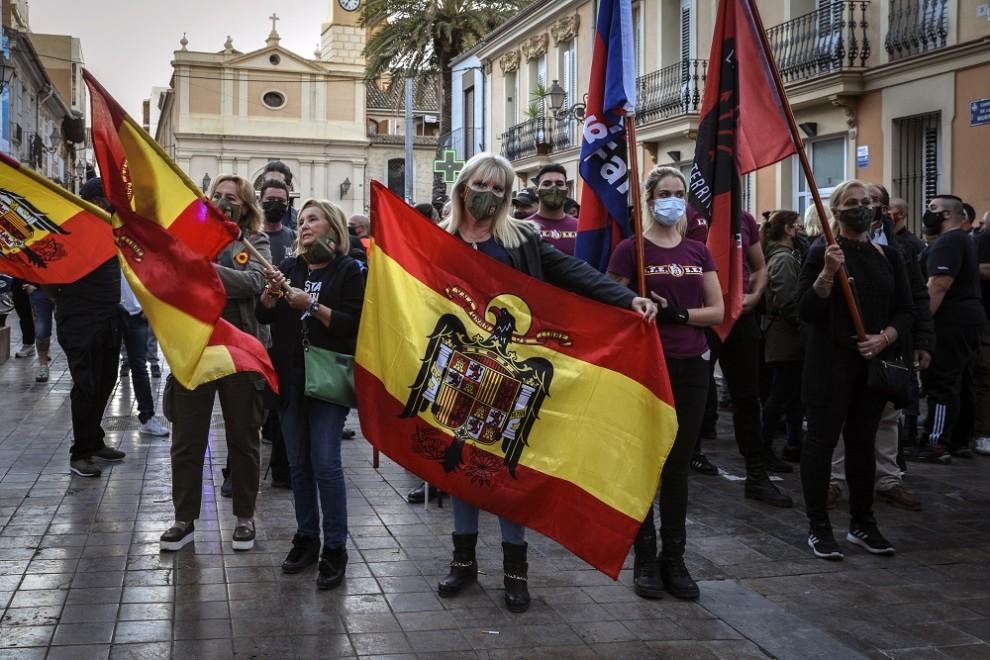"""Vecinos de Benimaclet (Valencia) salen a la calle y hacen una cacerolada para pedir barrios """"libres de odio"""" y responder así """"al fascismo"""" ante otra marcha convocada por una formación ultraderechista con banderas franquistas y simbología nazi, a 12 de oct"""