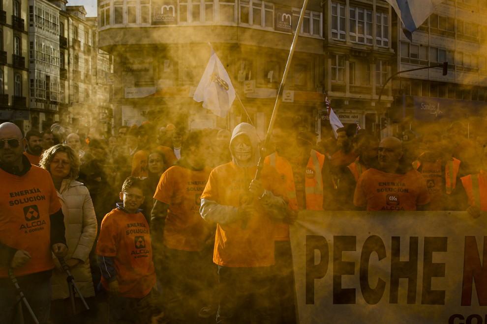 Manifestación de trabajadores de Alcoa delante de la Delegación del gobierno en A Coruña.