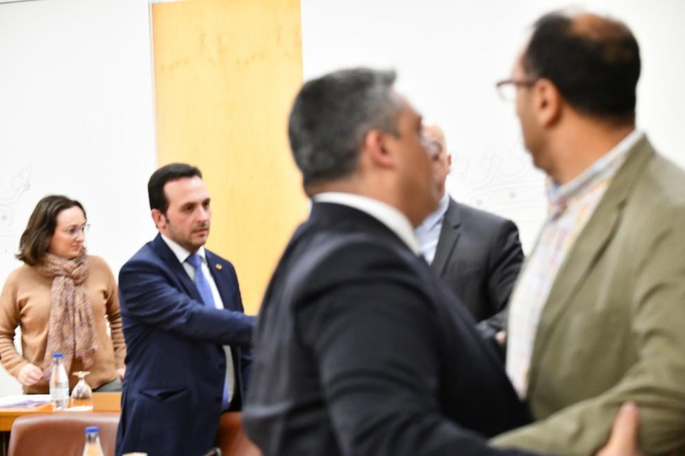 El diputado Del PP Yamal Driss sujeta al diputado Mohamed Ali en un pleno de enero de 2020 en Ceuta