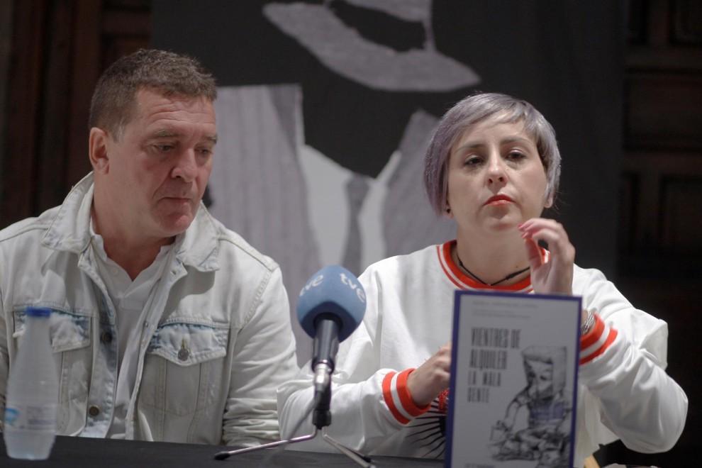 La abogada y defensora de los derechos humanos Nuria González acompañada por el escritor Carlos Quílez.