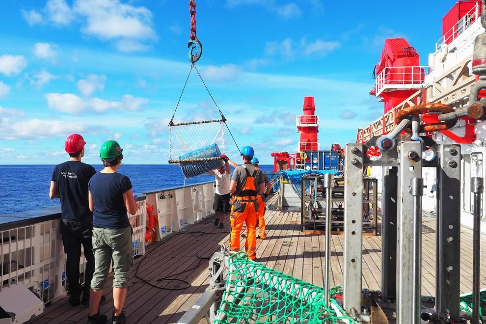 Recogida de un barril azul de plástico en la Gran Mancha de Basura del Pacífico por el barco oceanográfico alemán Sonne en 2019.