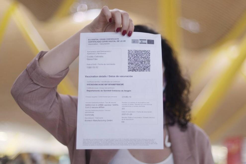 Una mujer muestra el certificado COVID Digital de la Unión Europea, durante el día en el que se pone en marcha para garantizar la movilidad segura ante la COVID-19