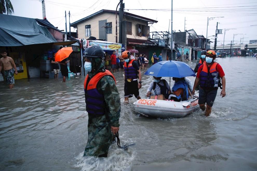 Los equipos de rescate ayudan a un grupo de personas a ponerse a salvo de las inundaciones.