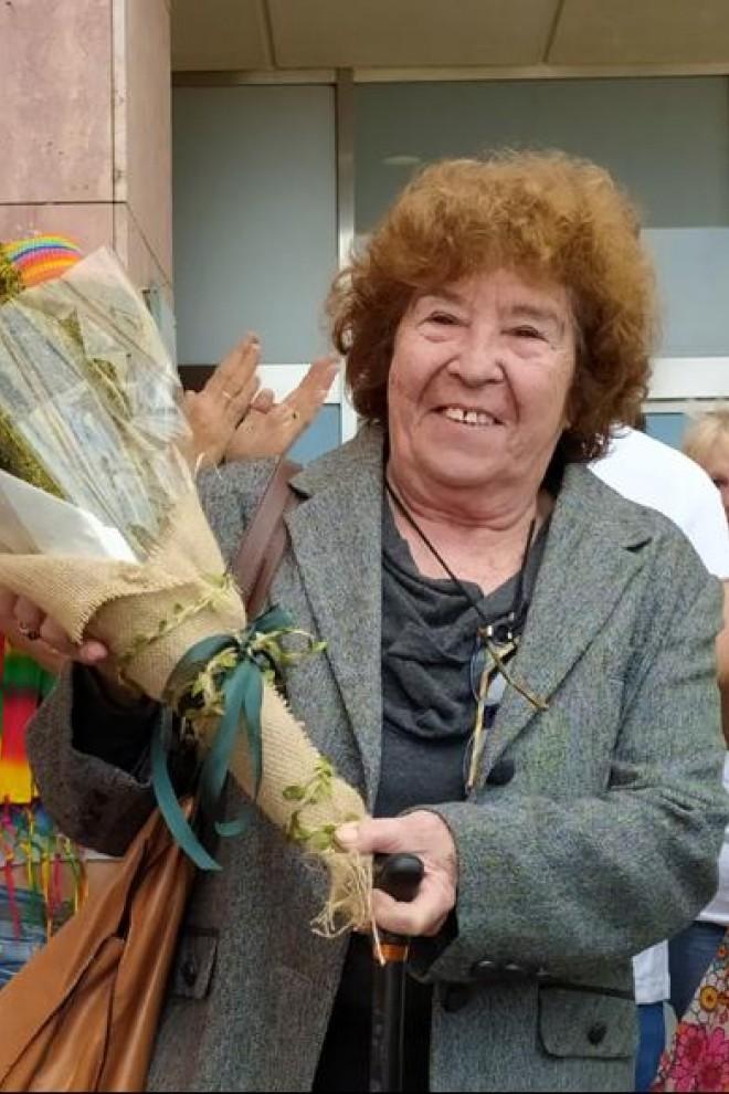 Fernanda de la Figuera a la salida de los juzgados, luciendo el ramo de marihuana con que le obsequiaron colectivos llegados de toda España – David Bollero.