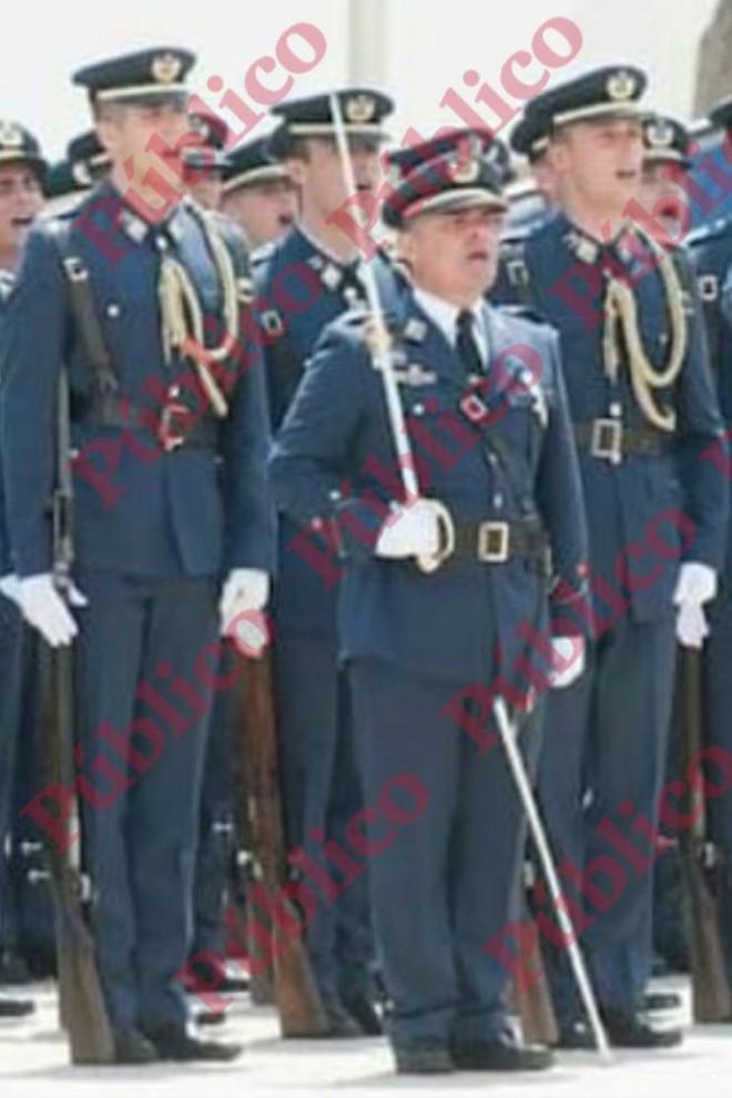 El capitán Meroño en la Academia General del Aire, con el sable de Jefe de Escuadrilla.