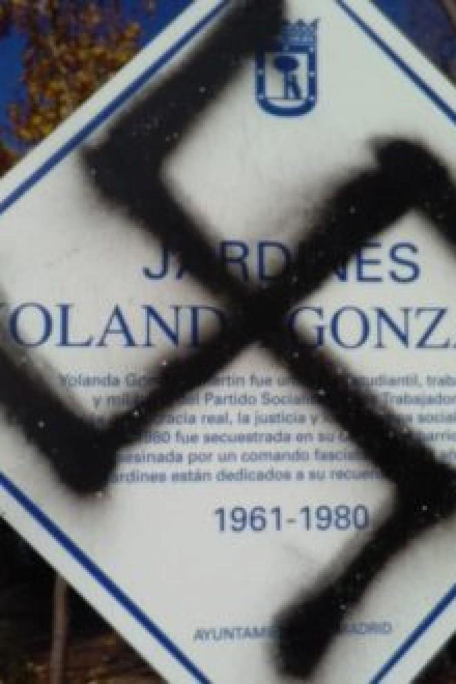 La placa que recuerda a Yolanda González en el barrio de Aluche (Madrid) ha sufrido hasta cuatro ataques en los tres meses y medio que lleva en pie.