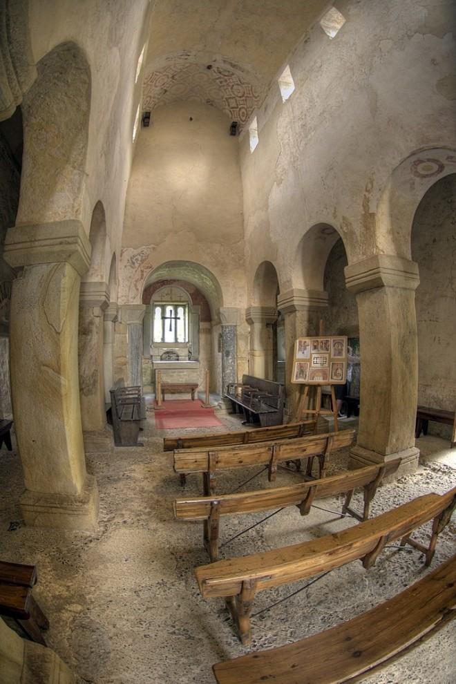 Interior de la Iglesia prerrománica de San Salvador de Valdediós en Asturias. WIKIPEDIA