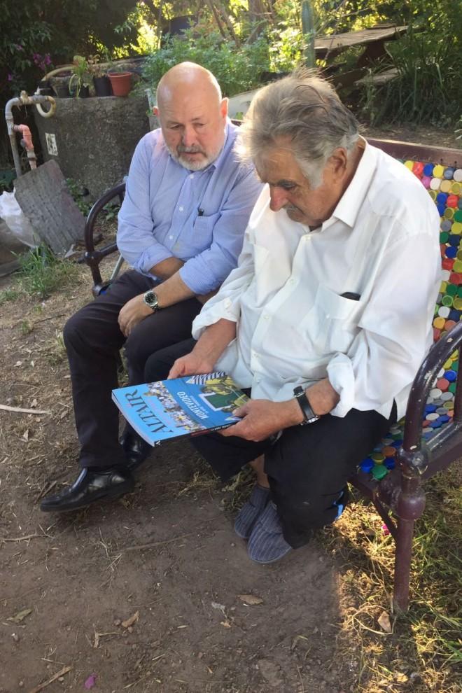 Pep Bernadas junto a Pepe Mujica.