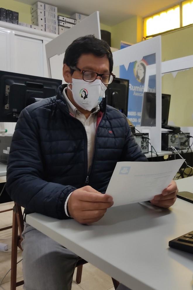 Vladimir Paspuel, presidente de la asociación, observa un documento en una de las mesas donde recibe a los jóvenes. - Guillermo Martínez