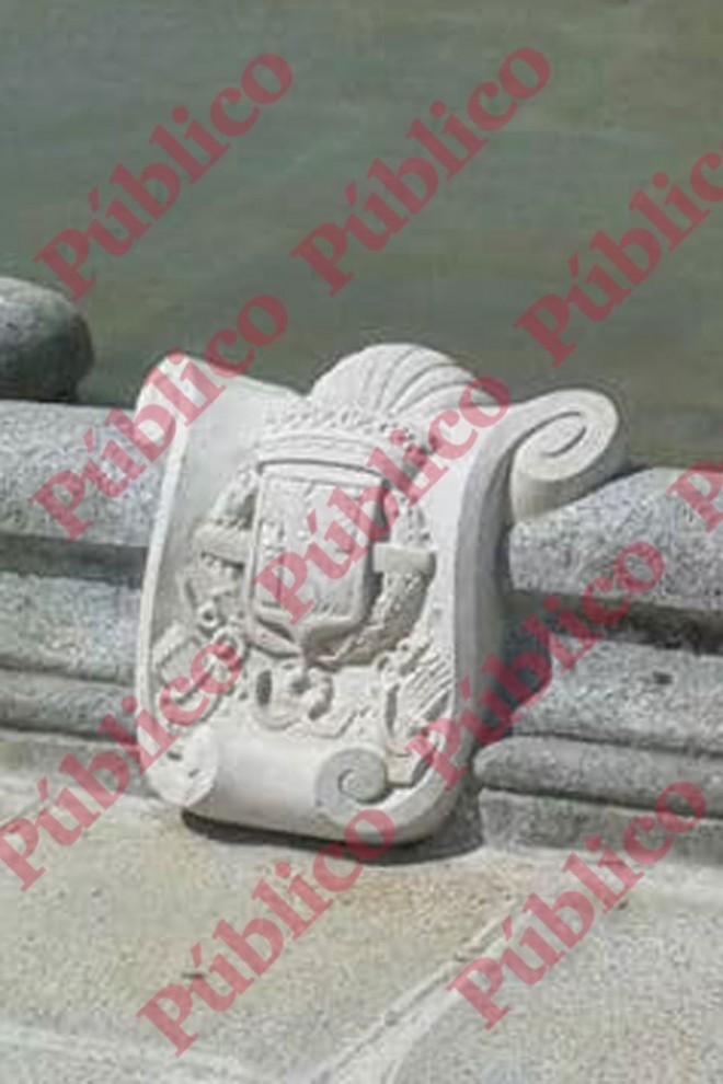 Una de las tallas en piedra del escudo de armas que adornan la fuente del Cuartel El Rey.